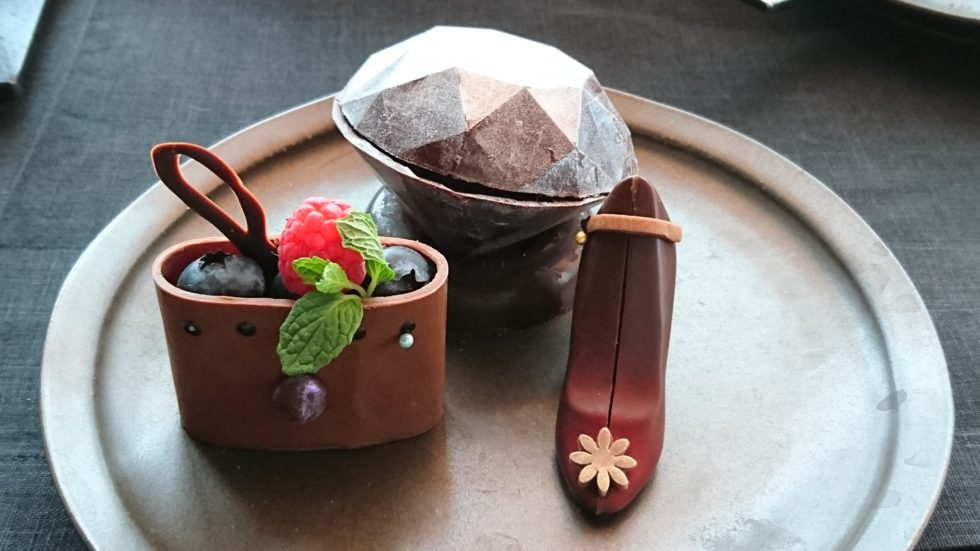 アマン東京のブラックアフタヌーンティーのチョコレート細工菓子