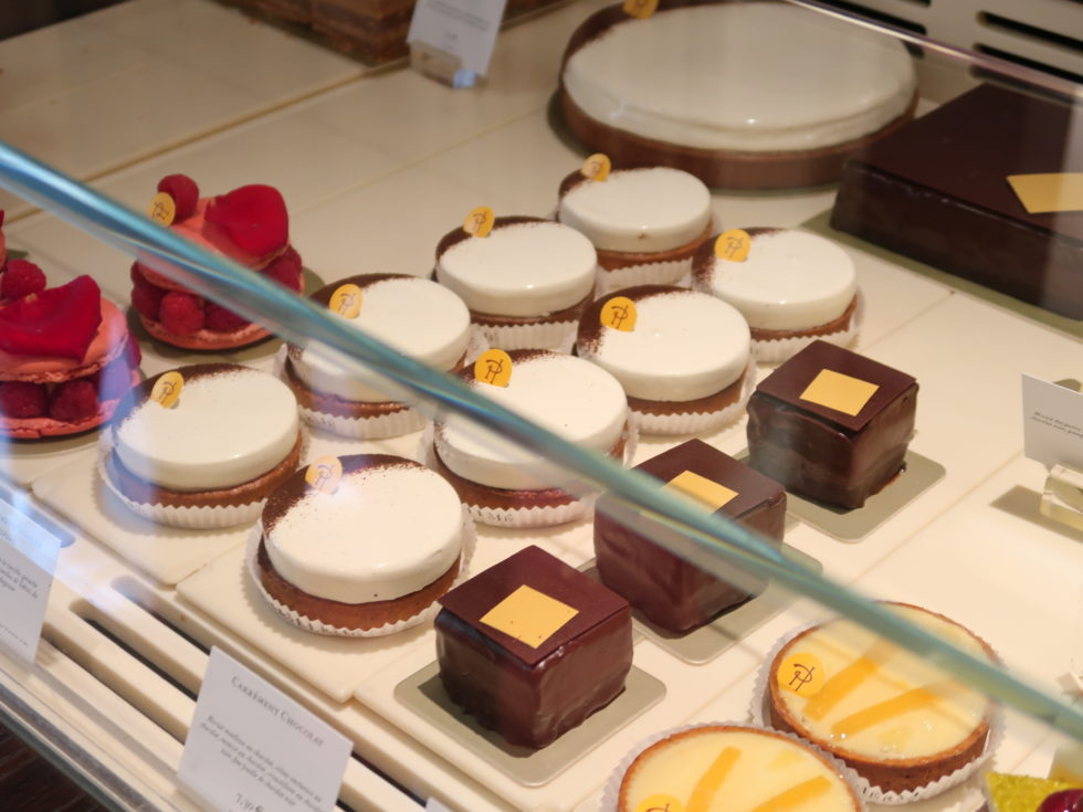 パリのピエールエルメボナパルト店のケーキ