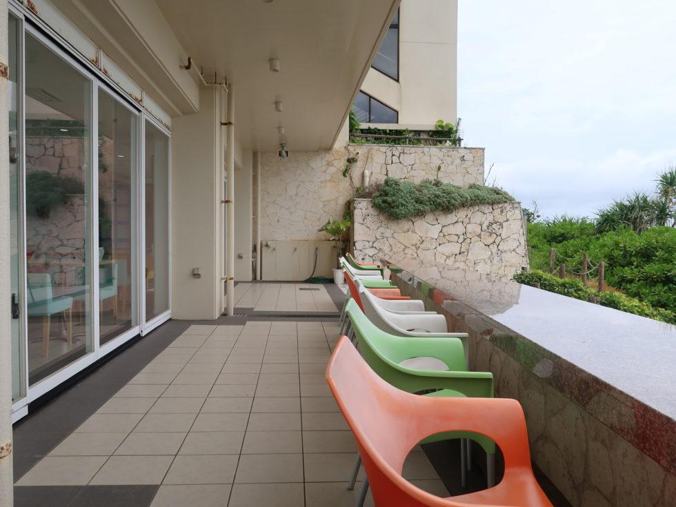 恩納村の御菓子御殿に併設されたビーチテラスカフェダイヤモンドブルーのテラス席
