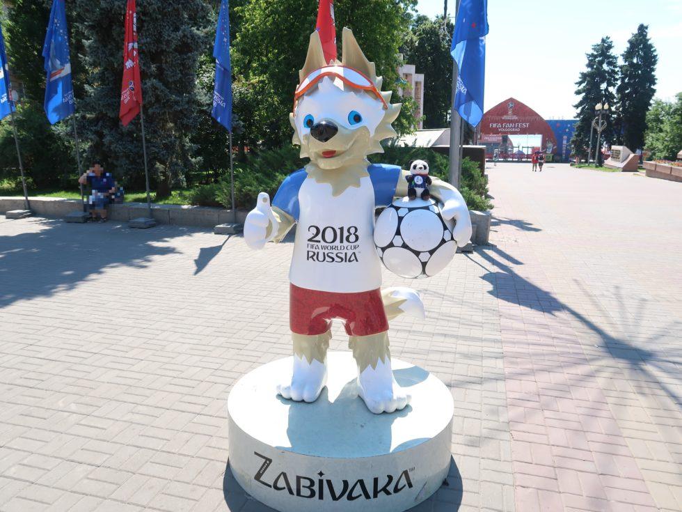 ロシアのヴォルゴグラードでサッカーワールドカップマスコットキャラのザビワカちゃんと