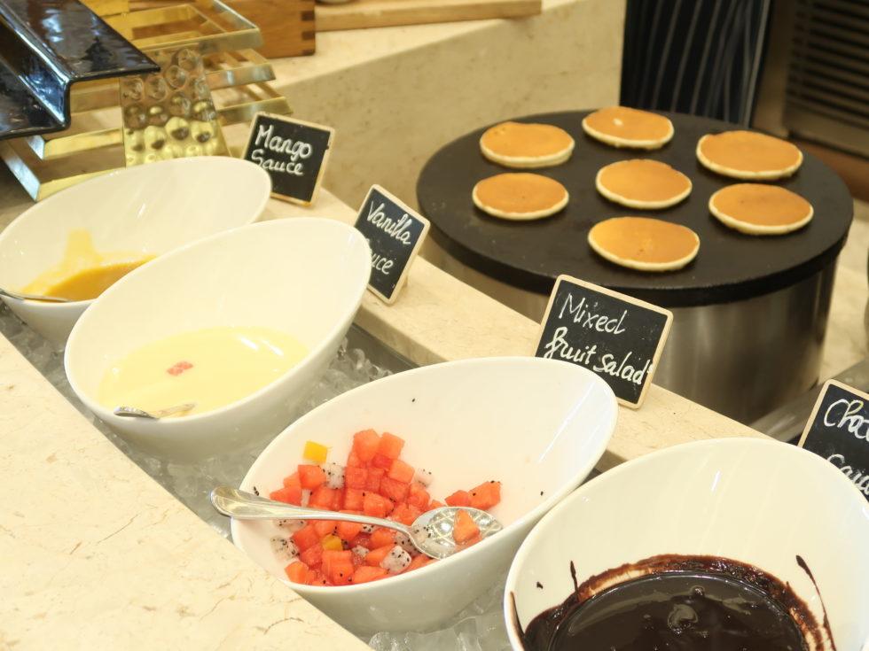 シェラトングランドダナンリゾートのレストランテーブル88の朝食ビュッフェ