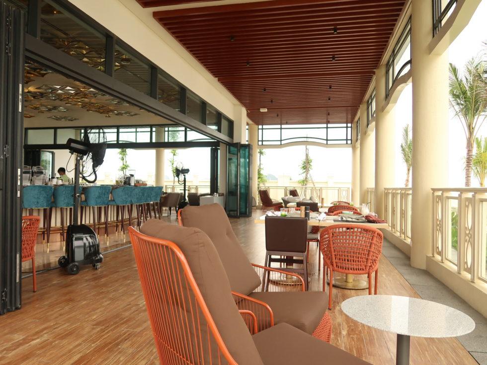 ベトナムのシェラトングランドダナンリゾートのレストランLa Plageの店内