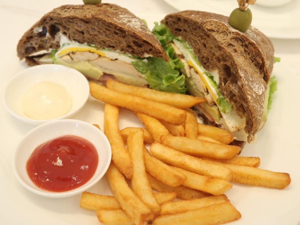 ベトナムのシェラトングランドダナンリゾートのリームサービスで食べたクラブサンドイッチ