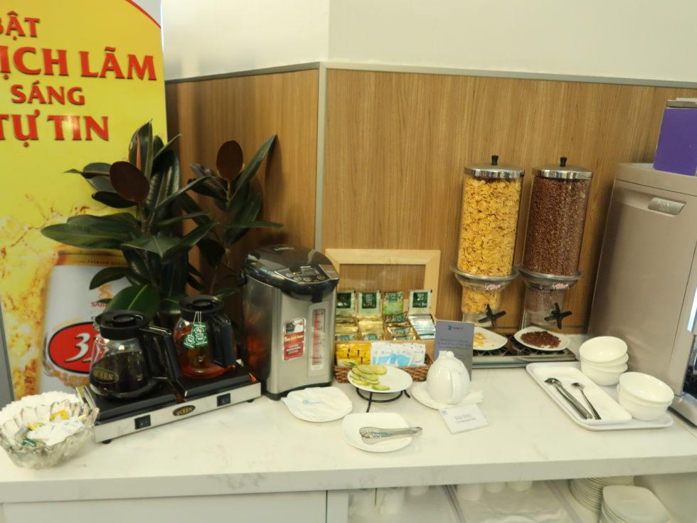 ベトナムホーチミンのタンソンニャット空港ローズラウンジのお茶やシリアル