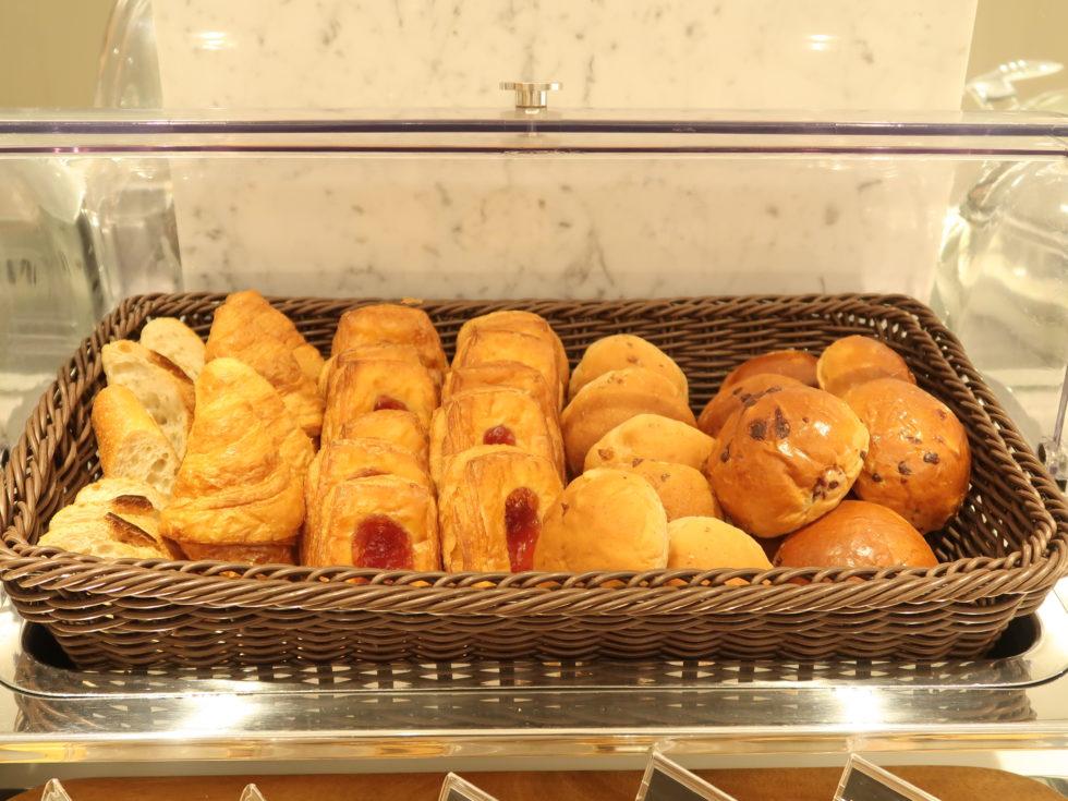 成田空港のJALサクララウンジのパン