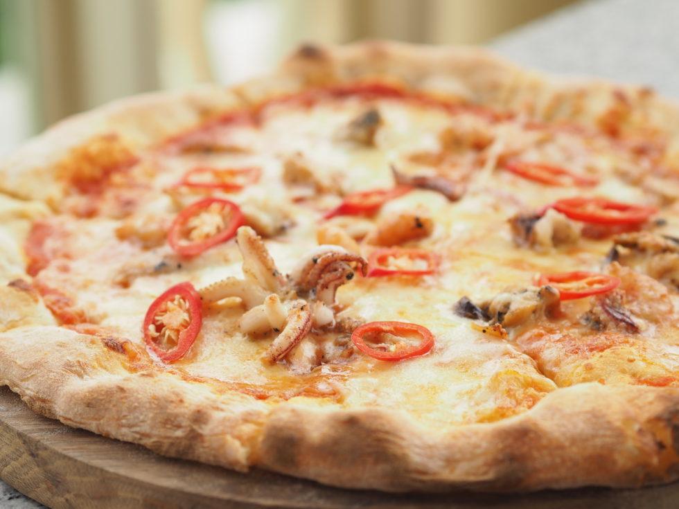 ベトナムのシェラトングランドダナンリゾートのレストランLa Plageのシーフードピザ