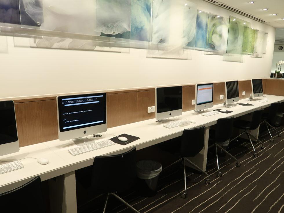 メルボルン空港のカンタス航空ビジネスラウンジのPC