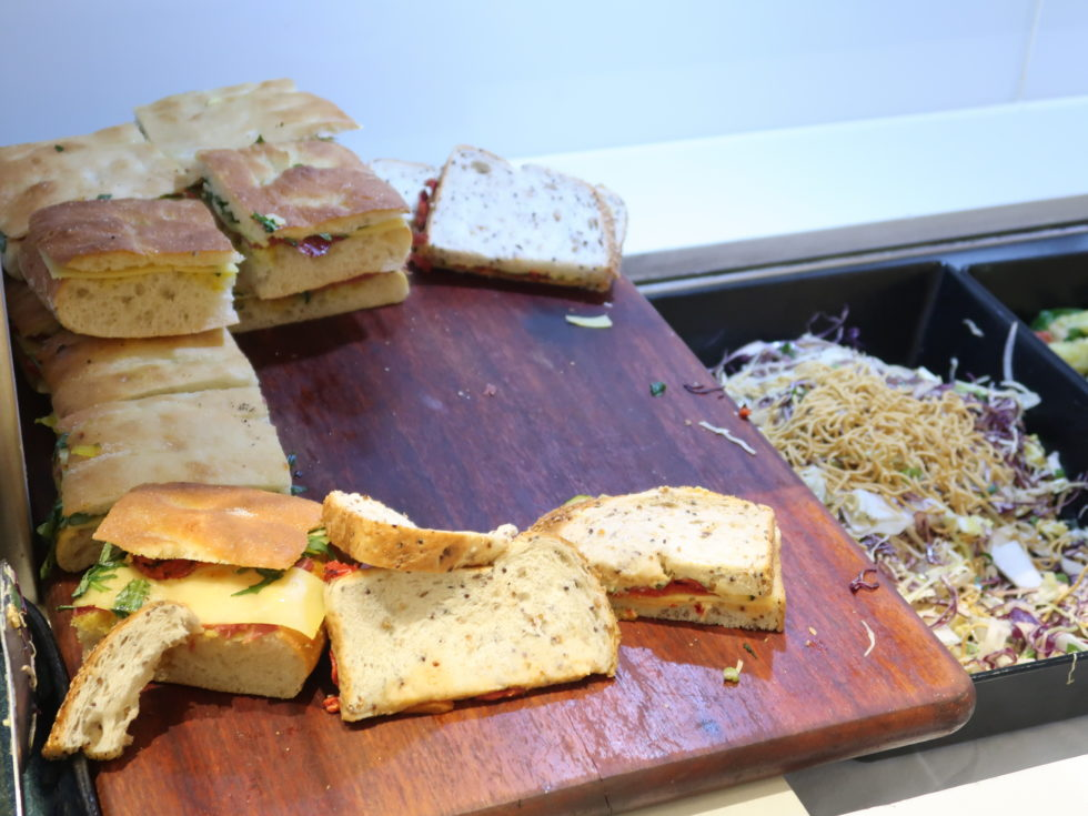 メルボルン空港のカンタス航空ビジネスラウンジの食事