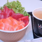 オークランド空港の日本食レストラン葉山のサーモンまぐろ丼