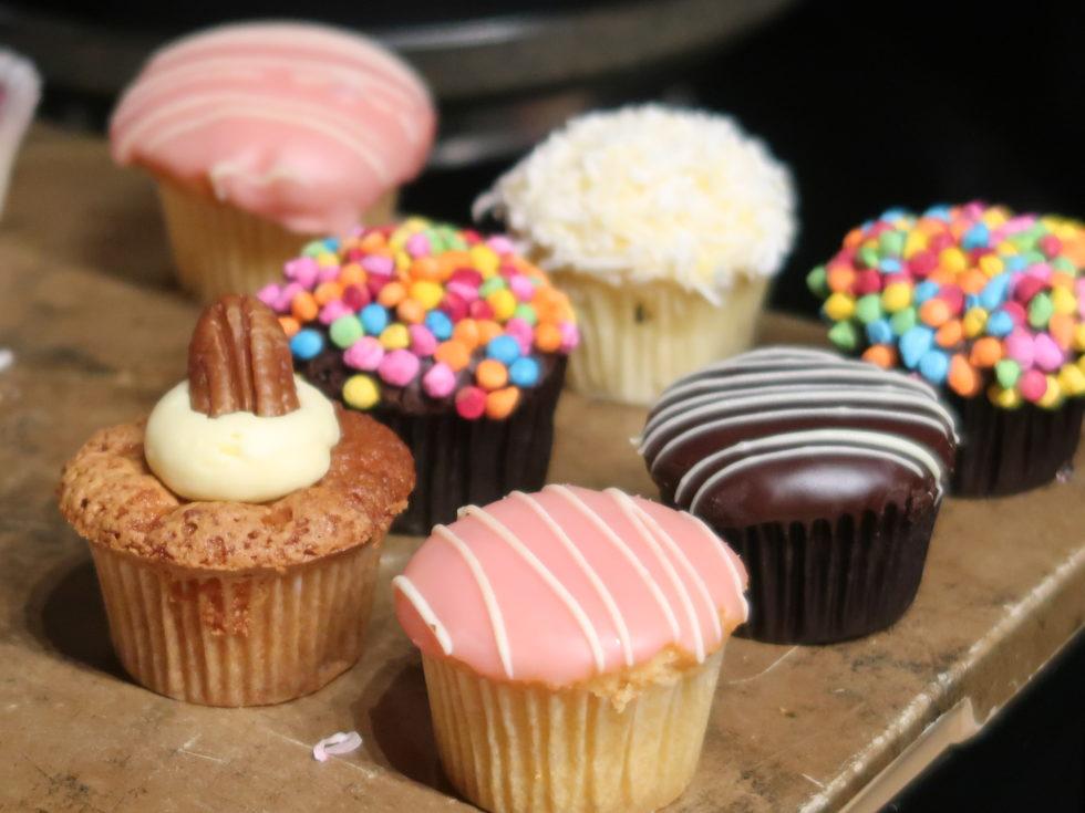 シェラトングランドシドニーハイドパークのクラブラウンジのケーキ