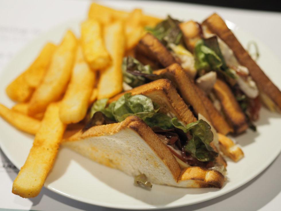 フォーポイントバイシェラトンオークランドフォーポイントバイシェラトンオークランドのルームサービスで食べたサンドイッチ