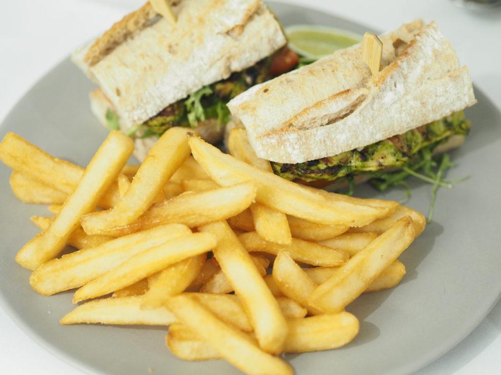 シェラトングランドシドニーハイドパークのルームサービスで食べたチキンのサンドイッチ