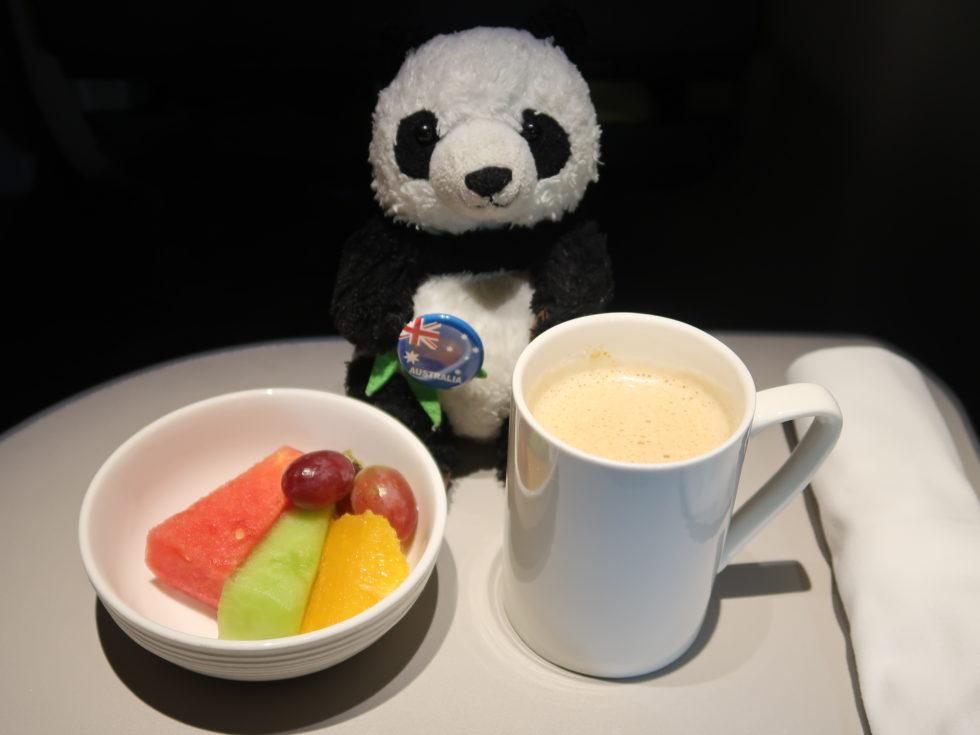 マレーシア航空ビジネスクラス機内食のフルーツとテタレ