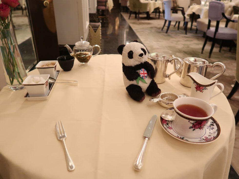 ロンドンのランガムホテルのレストランパームコートのアフタヌーンティー