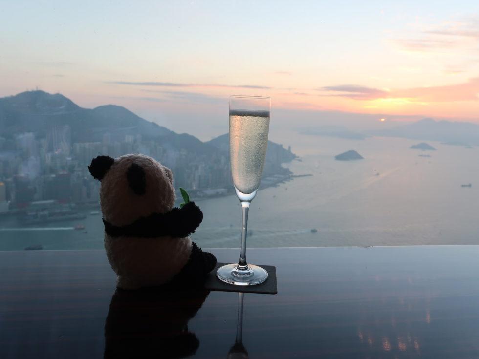 リッツカールトン香港のザラウンジ&バーでスパークリングワイン