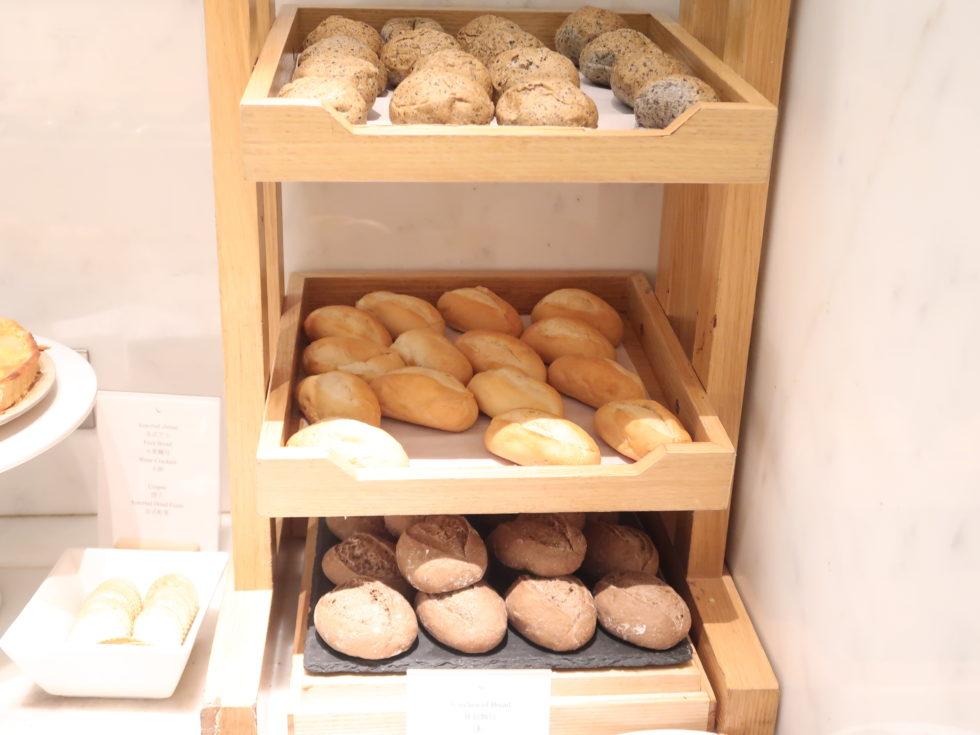 香港国際空港キャセイパシフィックファーストクラスラウンジTHE WINGのパン