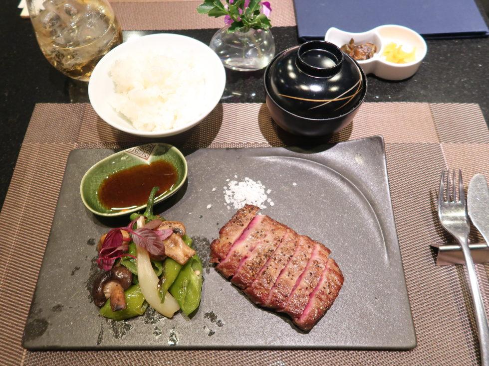 羽田空港国際線ANAスイートラウンジで食べた豊後牛ステーキ