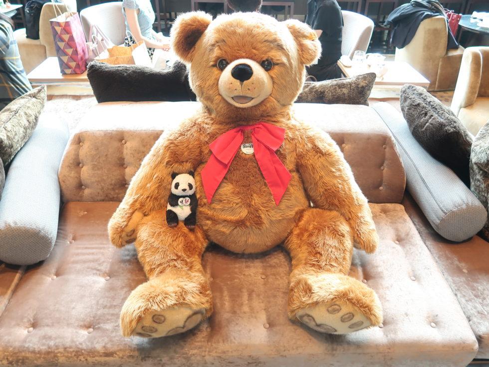 ザ・プリンスギャラリー東京紀尾井町のラウンジにいたシュタイフのくまのぬいぐるみ