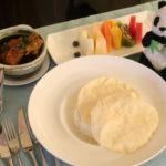 ウェスティンクアラルンプールで食べたルームサービスのカレーとフルーツ