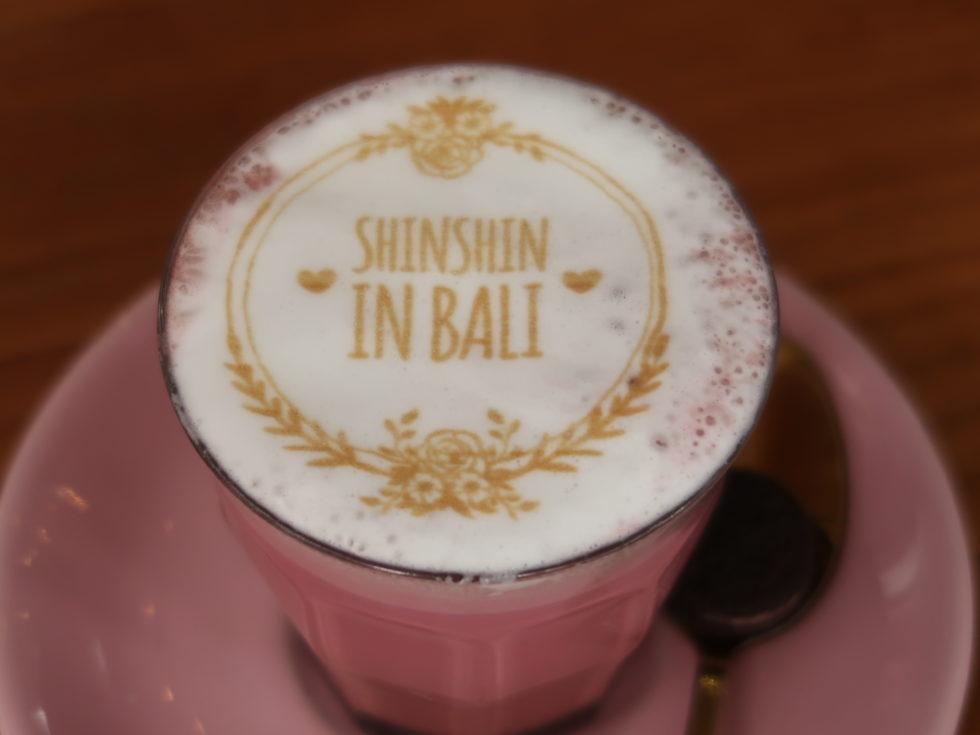 バリにあるカーヒーカルテルで飲んだピンクラテ