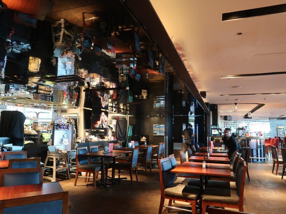 デンパサール空港にあるハードロックカフェの店内