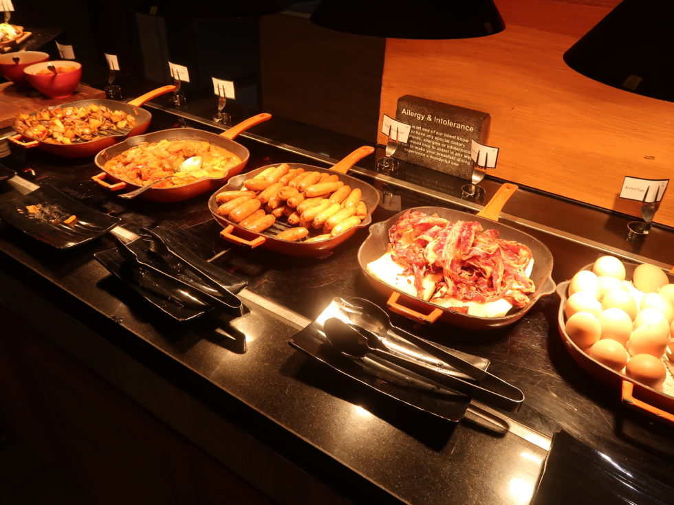 ザストーンズホテルレギャンバリオートグラフコレクション朝食ビュッフェのベーコンなど