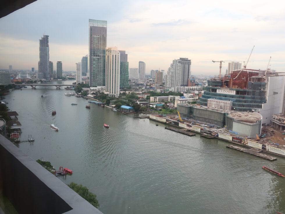 バンコクにあるロイヤルオーキッドシェラトンホテル&タワーズの客室からのチャオプラヤ川ビュー