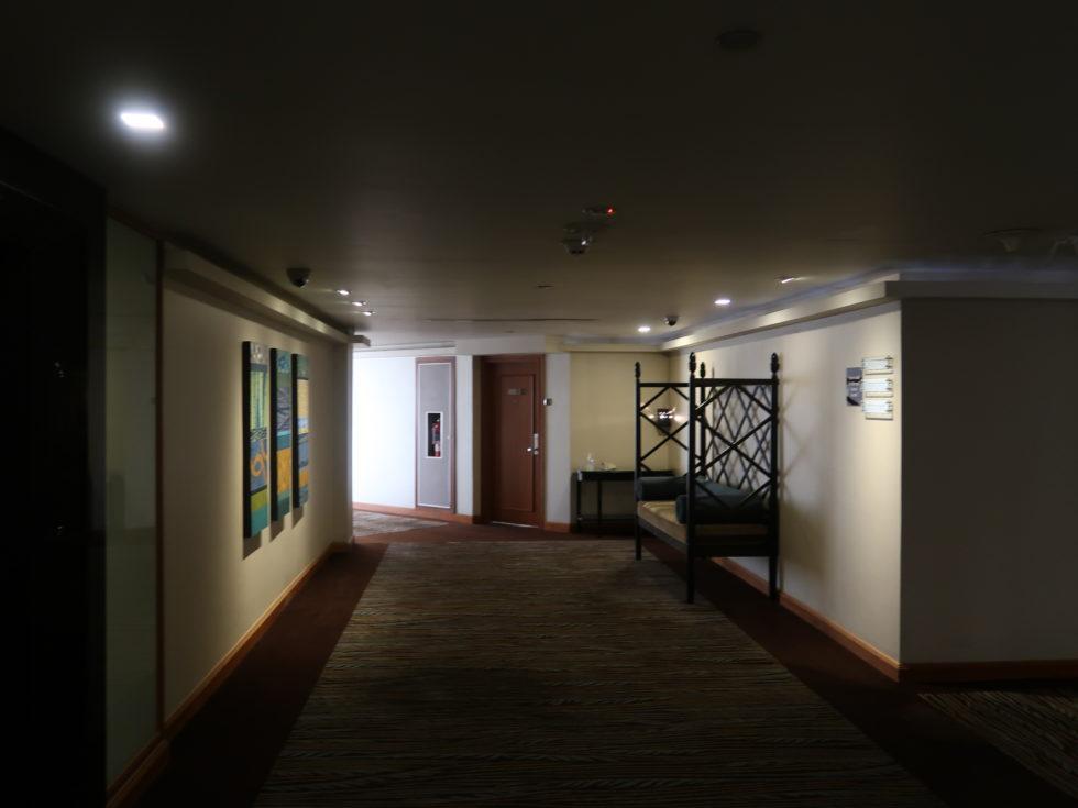 バンコクにあるロイヤルオーキッドシェラトンホテル&タワーズの廊下