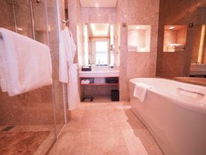 ベトナムのシェラトングランドダナンリゾートスイートルームのバスルーム